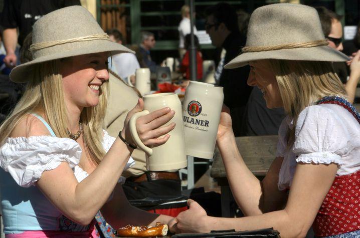 Sonnenschein und Dirndl: Anstoßen mit Starkbier im Biergarten am Nockherberg in München
