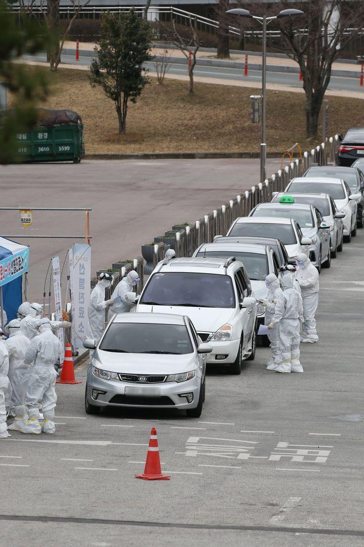 In Südkorea lassen sich Autofahrer in einer Behelfsklinik in Gwangju auf Covid-19 testen.