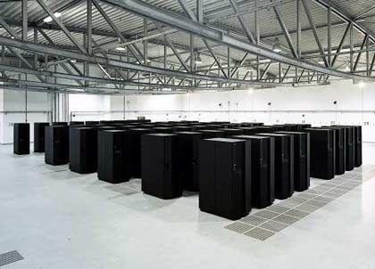 Arbeiten am Chip der Zukunft: Großrechner werten im Forschungszentrum Jülich die aufwändigen Experimente aus