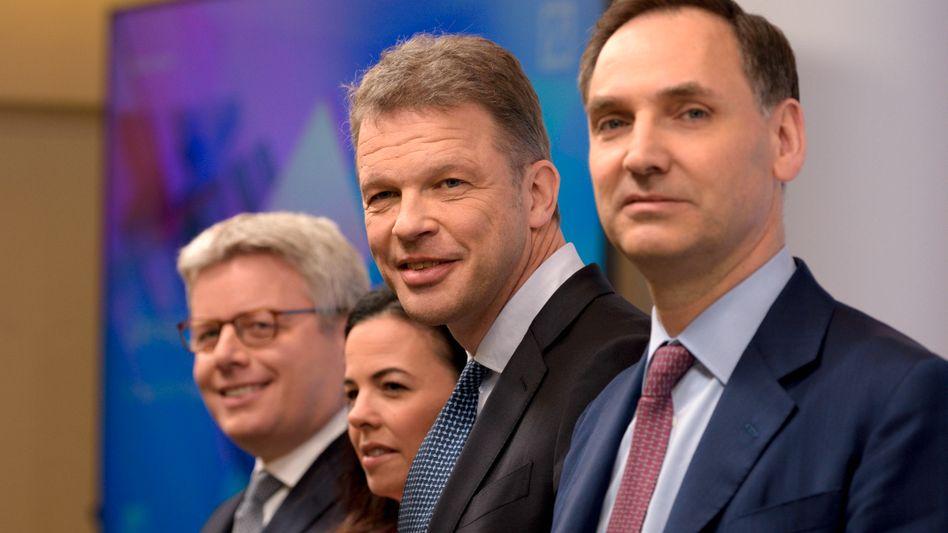 Vorstand steckt ein bisschen zurück: Fabrizio Campelli (Chief Transformation Officer), Christiana Riley (Regional CEO für Amerika), Christian Sewing (Vorstandsvorsitzender) und James von Moltke (CFO) bei der Jahrespressekonferenz der Deutschen Bank im Januar 2020