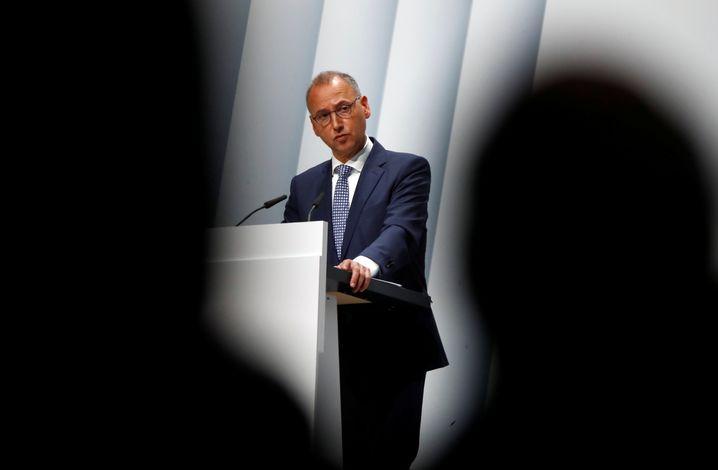 Bayer-Chef Werner Baumann muss am Freitag einen umfangreichen Fragenkatalog seiner Aktionäre abarbeiten. Kern vieler Eingaben: die Rechtsrisiken der Mega-Übernahme von Monsanto - und ob er sie unterschätzt hat