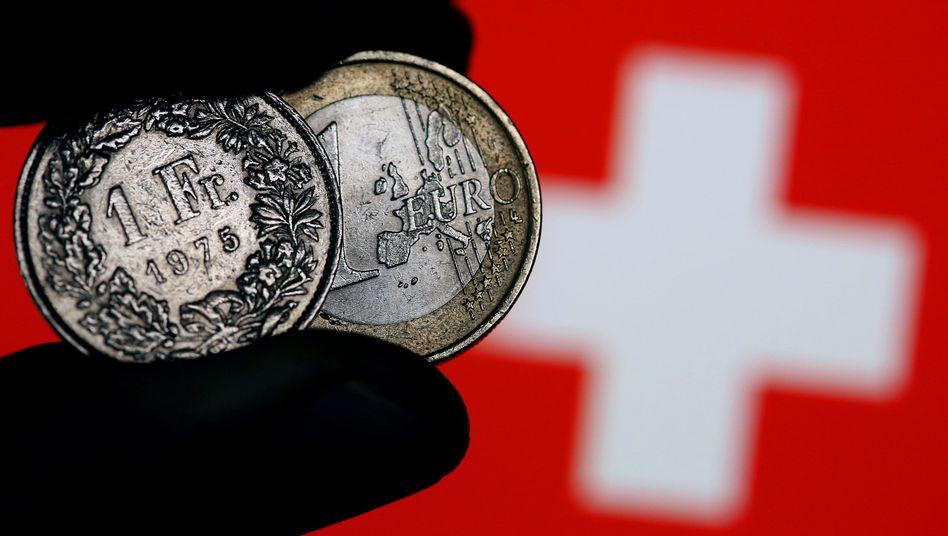 Mindestwechselkurs ade: Noch bis Anfang Januar gab es garantiert 1,20 Franken pro Euro. Dann hob Schweizer Nationalbank den garantierten Mindestwechselkurs auf