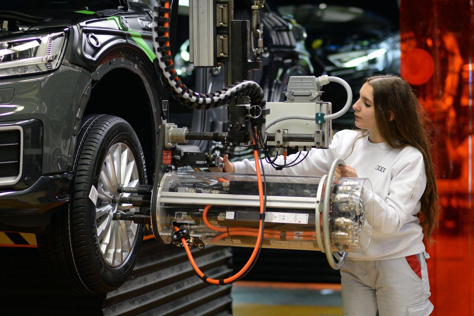 Deutschland / Konjunktur / Wirtschaft / Produktion bei Audi / Mitarbeiterin