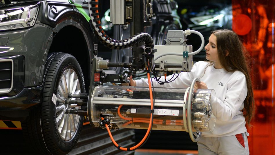Heute nicht am Band: Mitarbeiterin im Audi-Werk Ingolstadt