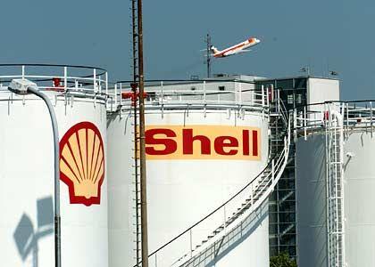 Knapp vorbei: Shell betrieb einst in Houston ein berühmtes Labor, im Auftrag dessen ein anerkannter Geologe in den 50er Jahren ermittelte, wann die Hälfte der Ölreserven in den USA erschöpft sein würden. Er verrechnete sich um ein Jahr. Geistige Nachfolger dehnten diese Rechnung später auf das weltweite Ölvorkommen aus.