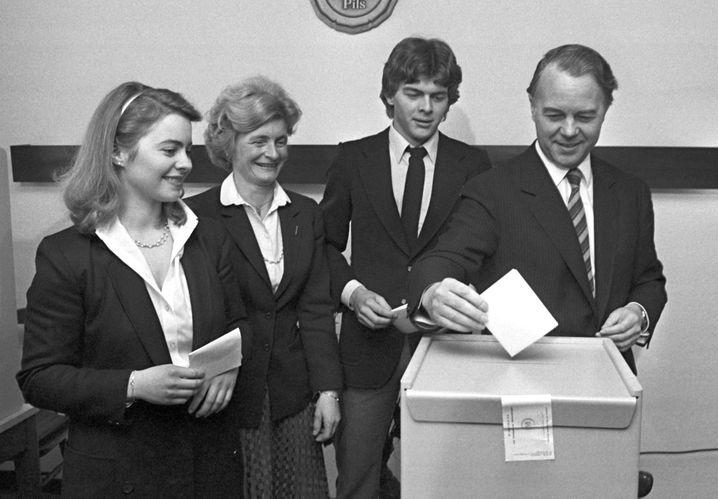 Ursula von der Leyen (damals noch Albrecht), Mutter Heide-Adele Albrecht, Bruder Hans-Holger Albrecht und Vater Ernst Albrecht, damals Ministerpräsident von Niedersachsen, bei der niedersächsischen Landtagswahl.