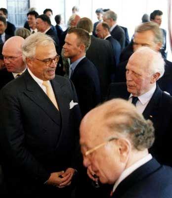Zwei Banker unter sich: Deutsche-Chef Rolf E. Breuer (l.) unterhält sich angeregt mit dem ehemaligen Bundesbankpräsidenten Hans Tietmeyer. Im Vordergrund: Laureat Otto Graf Lambsdorff