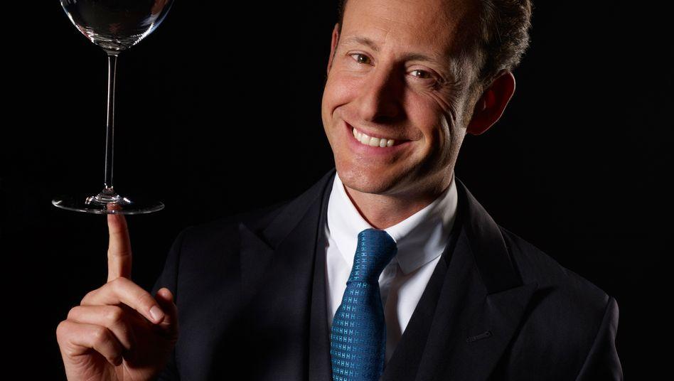 Maximilian Riedel, geboren 1977, übernahm 2013 die Geschäftsführung der Tiroler Glasmanufaktur und ist nun in elfter Generation Chef des 260 Jahre alten Hauses. Zuvor schob er von New York aus das US-Geschäft an.