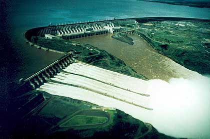 Kraftwerk Itaipú: 196 Meter hoher Staudamm