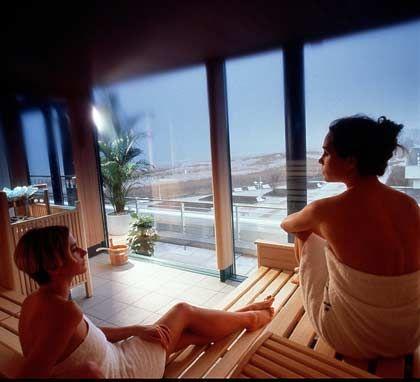 Sauna mit Meerblick: Thalasso-Zentrum des Neptun-Hotels in Warnemünde