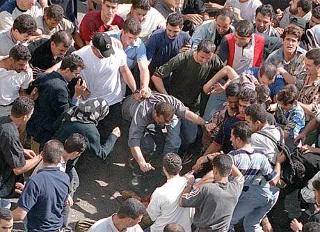 Die Menge stürzte sich auf die israelischen Soldaten und tötete sie