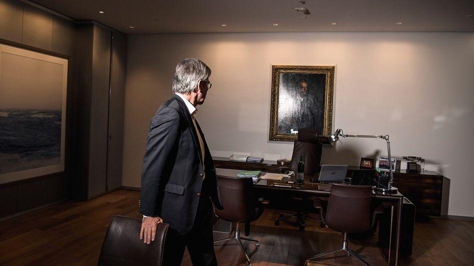 Drang nach Größe: Joe Kaeser in seinem Büro, Firmengründer Werner von Siemens fest im Blick