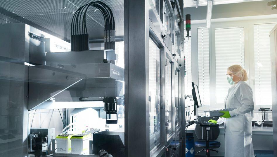 Rezept zum Geldverdienen: Biontech-Mitarbeiterin im Labor des Unternehmens in Mainz