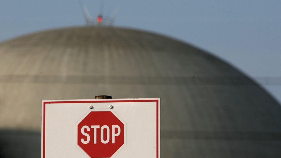 Das Atomkraftwerk Biblis: Der Energiekonzern RWE will gegen die vorübergehende Abschaltung klagen. Zudem haben RWE, Eon, Vattenfall und EnBW die Zahlungen an den Fonds zur Förderung regenerativer Energien eingestellt.