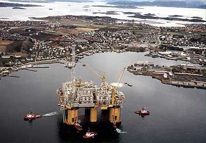 Größte Plattform für Gasförderung weltweit: Die zehn Milliarden Dollar teure Bohrinsel Aasgard-B bei der Verschiffung in die Nordsee