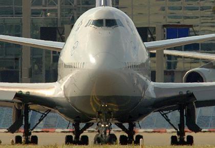 Boeing 747 in Startposition: Airlines rechnen mit steigenden Passagierzahlen in Deutschland