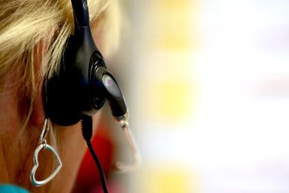 Mitarbeiterin in einem Callcenter: Wie gut sind die Hilfeangebote der Handyhersteller?