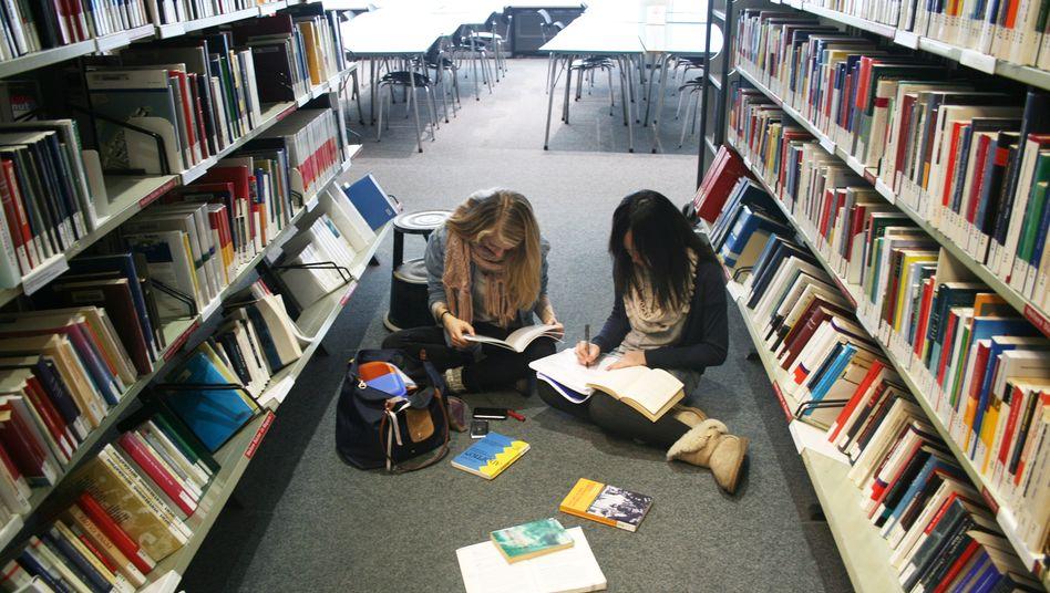 Kinder in einer Bibliothek: Auch im digitalen Zeitalter lässt sich vorerst nicht auf Bücher verzichten