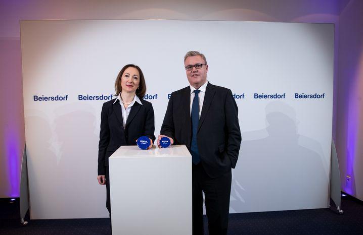 Nachfolgerin gesucht: Beiersdorf-Chef Stefan De Loecker und Noch-Finanzchefin Dessi Temperley