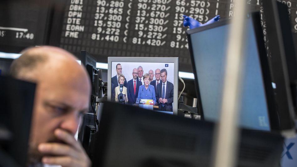 Börsianer blickt nach Berlin: 2017 reagierte der Dax am Montag nach der Bundestagswahl mit leichten Gewinnen