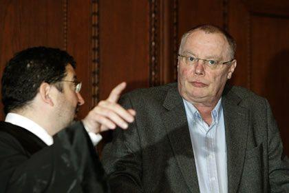 Wieder frei: Ex-AUB-Chef Schelsky (r.) mit einem seiner Verteidiger