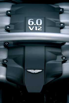 Hier wohnt die Kraft: Wer Aston Martin sagt, tut sich auch leicht mit dem Wort Zwölfzylinder. In diesem Fall hat die Maschine 6 Liter Hubraum, das sollte genügen