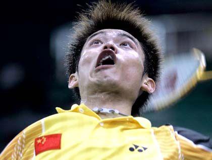 Verzerrt: Der chinesische Badminton-Spieler Lin Dan fixiert einen Ball seines Gegners Ronald Susilo. Am Ende war er so erschrocken, dass er glatt in zwei Sätzen verlor.