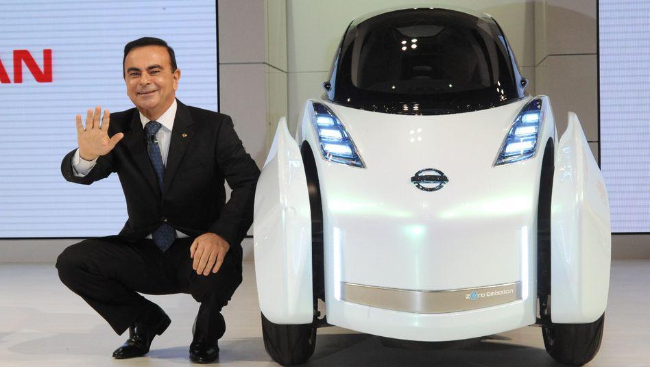 Elektrisierende Ankündigung: Carlos Ghosn posiert mit einer Elektrostudie