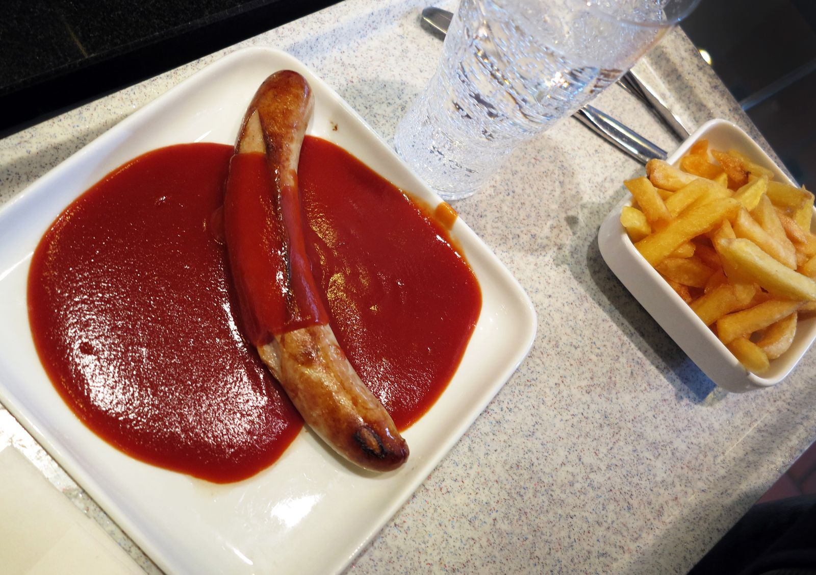 Mittagspause / Pommes-Currywurst