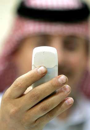 Arabischer Geschäftsmann mit Handy: Westliche Technikkultur hat Einzug gehalten