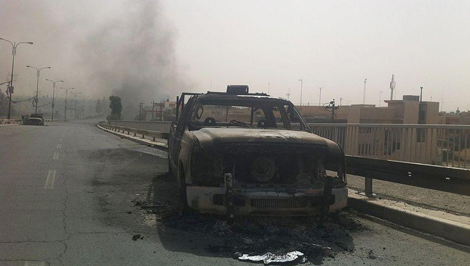 Brennendes Polizeiauto: Allein aus der nordirakischen Stadt Mossul sollen binnen 24 Stunden eine halbe Million Menschen geflohen sein