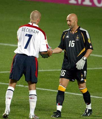 Fabien Barthez (r.) gibt den Ball an David Beckham: Bei Manchester United waren sie Mannschaftskameraden
