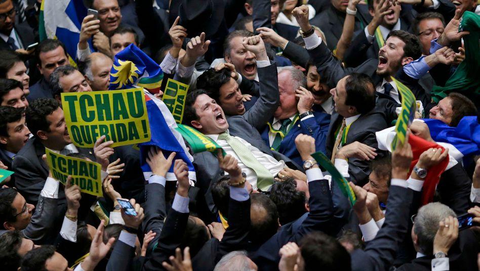 Jubel im Abgeordnetenhaus: Anhänger der Partei PMDB feiern die Fortsetzung des Verfahrens gegen Rousseff. Die PMDB hat mit Rousseffs Arbeiterpartei gebrochen, PMDB-Chef Temer würde bei einem Rauswurf der Präsidentin ins höchste Amt nachrücken