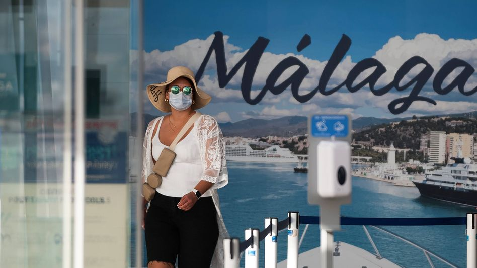 Sorge um Delta: Passagierin einer Tui-Kreuzfahrt im spanischen Hafen Málaga