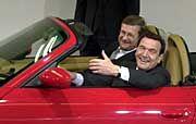 Bekennende Freunde: Wiedeking, Schröder im Porsche Boxster
