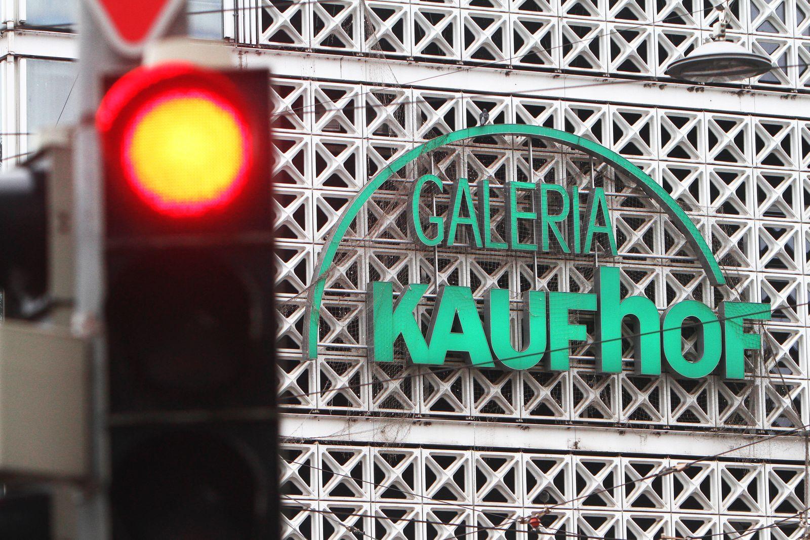 Eine rote Verkehrsampel steht vor der Karstadt Galeria Kaufhof Filiale am Bismarckplatz in der Innenstadt von Heidelberg