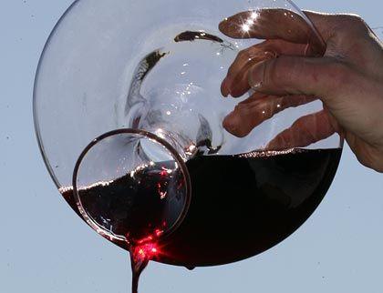 Wein verschüttet? Kippt ein Manager während eines Geschäftsessens seinem Tischnachbarn Rotwein über die Hose, sollte er einfach akzeptieren, dass es geschehen ist, sich diskret entschuldigen, Hilfe anbieten, Reinigung und ein Taxi zahlen. Unangenehm wäre, wenn er jetzt aufschreit, hochspringt und zehnmal betont, wie leid ihm das tut.