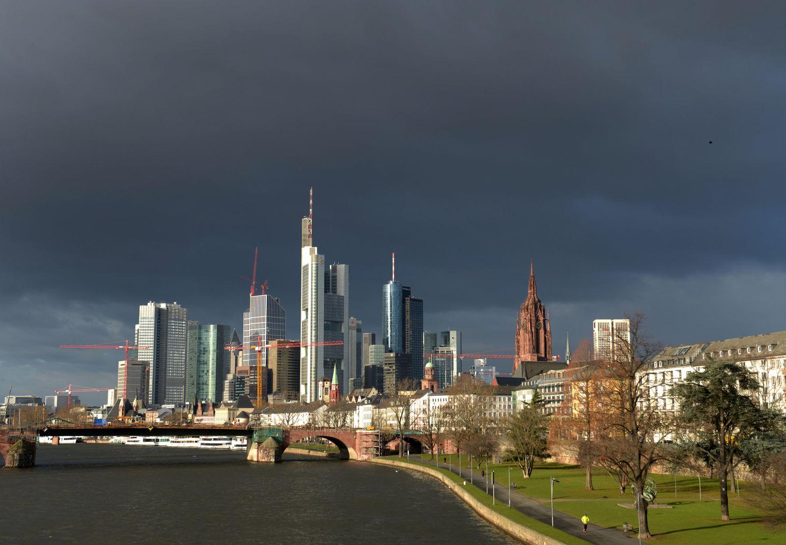Dunkle Wolken über Frankfurt skyline banken