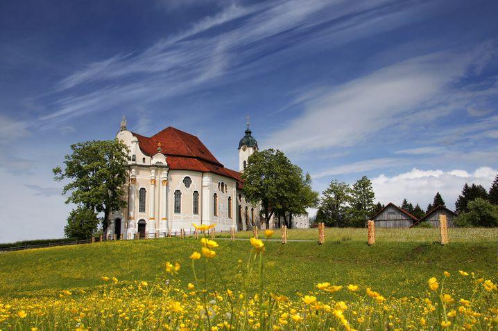 Unterwegs auf der Romantischen Straße passieren Autofahrer auch die Wieskirche - Deutschlands wohl berühmteste Barockkirche
