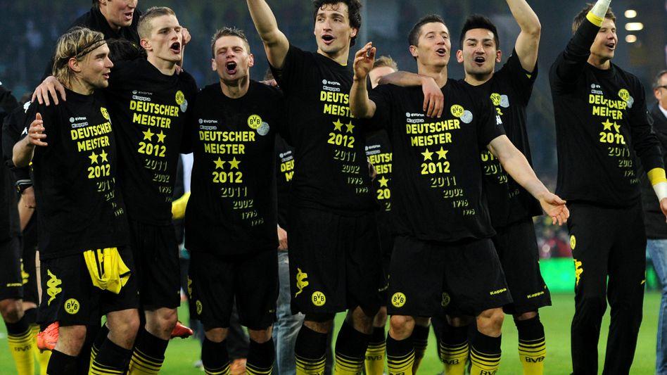 Auch ökonomisch wahre Sieger: Die Profis von Borussia Dortmund feiern nach ihrem Sieg gegen Borussia Moenchengladbach den Gewinn der Deutschen Fußballmeisterschaft