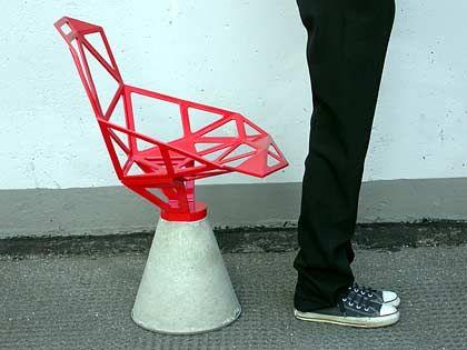 """Es kommt drauf an, was man daraus macht: Der Sessel """"Chair_one"""", den Designer Konstantin Grcic für das italienische Unternehmen Magis entworfen hat, baut auf einer schlichten Zementform auf"""