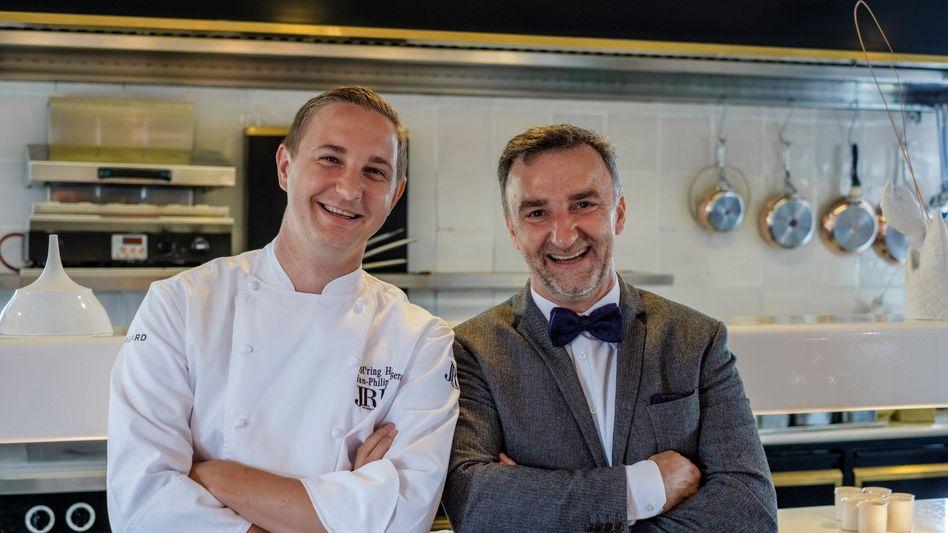 """Johannes King (rechts) und Jan-Philipp Berner in der Küche des Söl·ring Hof. Die beiden Sylter Spitzenköche sind vom Restaurantführer Gault-Millau zum """"Koch des Jahres""""-Duo gekürt worden."""