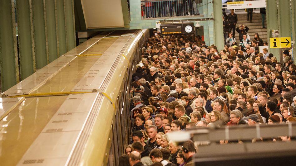 Berlin, Alexanderplatz (am Donnerstag): Zwei Drittel der Züge fallen aus