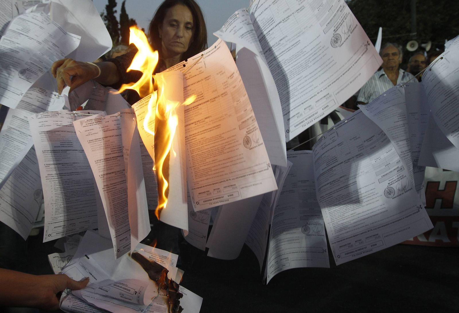 Griechen verbrennen ihre Steuererklärung