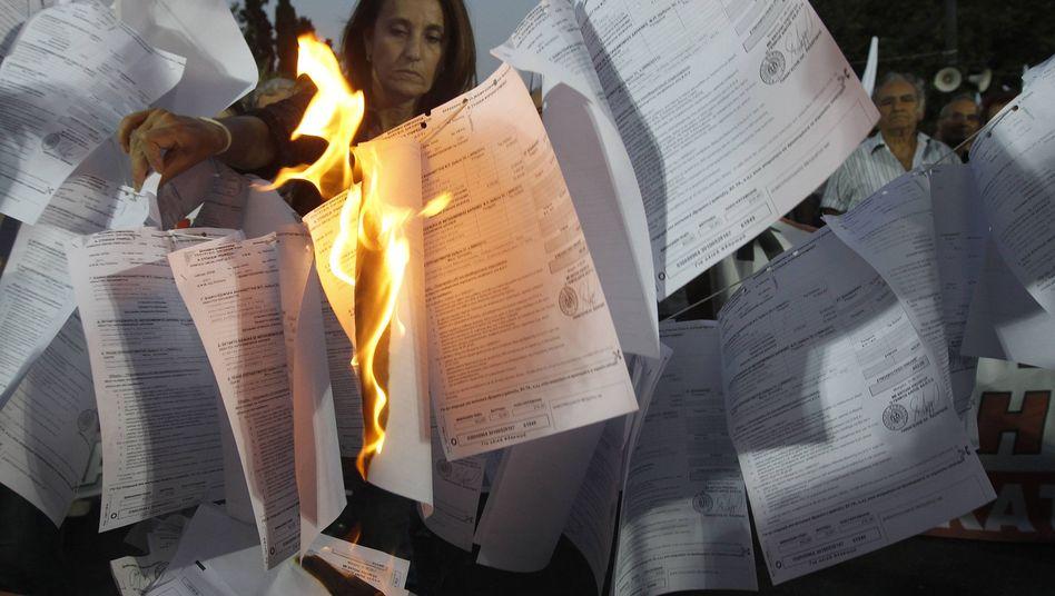 Griechen beim Verbrennen ihrer Steuererklärung: Kein Pardon mehr mit Hinterziehern