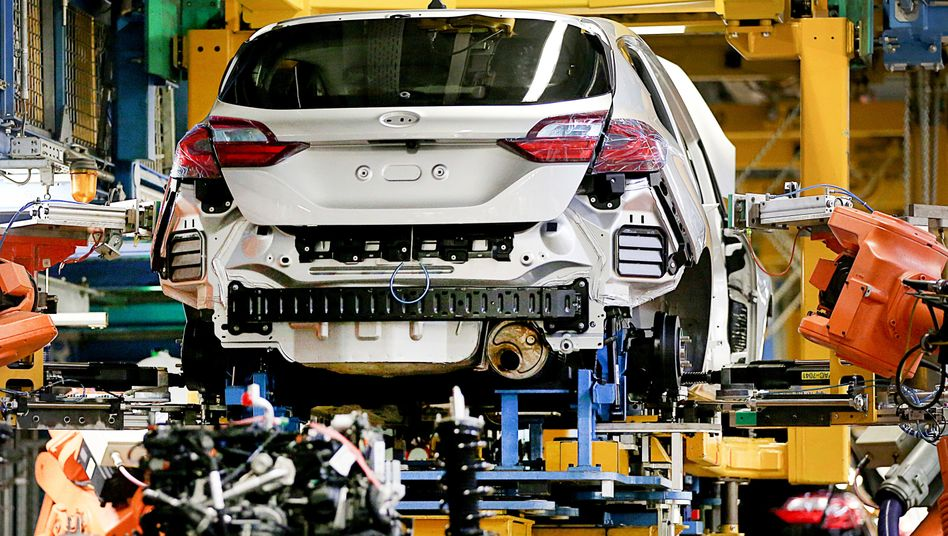 Auswirkungen der Krise: Im Ford-Werk in Köln bauen Roboter einen Fiesta zusammen.