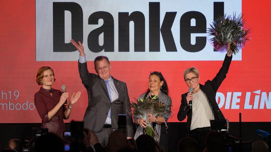 Freude bei der Linken in Thüringen: Die Partei von Ministerpräsident Bodo Ramelow (2.v.l.) holte ein Rekordergebnis