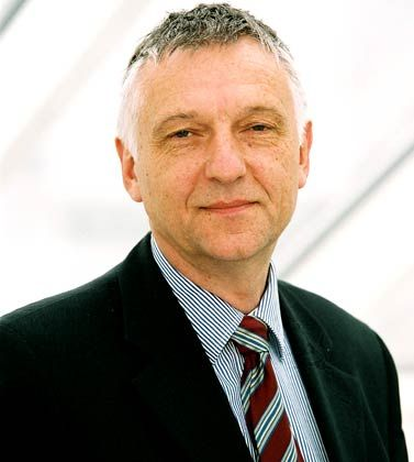 """Hans Haarmeyer ist Juraprofessor an der Fachhochschule Koblenz und einer der führenden deutschen Insolvenzrechtler. Er war selbst Konkursrichter, ist Gründer der """"Zeitschrift für das gesamte Insolvenzrecht"""" und Leitender Direktor des Deutschen Instituts für angewandtes Insolvenzrecht (DIAI). Mit dem Unternehmen Zertrate hat er ein Ranking für die Qualität von Insolvenzverwaltern entwickelt."""