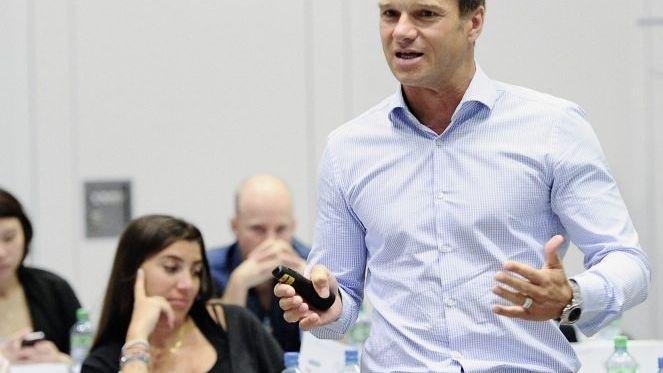 Wolfgang Jenewein ist Ordinarius für Betriebswirtschaftslehre an der Universität St. Gallen, Direktor an der Forschungsstelle für Customer Insight und Leadership Coach.