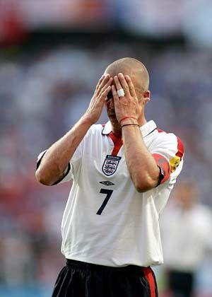David Beckham: Schlug aufsehenerregende Flanken und Pässe - verschoss aber den Elfmeter beim Stand von 1:0 für England. So wurde der Superstar zur tragischen Figur